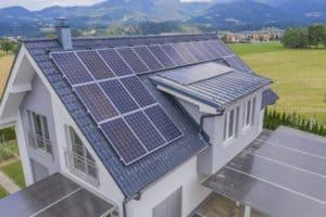 התקנת פאנלים סולאריים על הגג